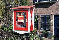 Nederland Leiden - 2021. Minibieb in een tuin in Leiden.  Foto ANP / Hollandse Hoogte / Berlinda van Dam