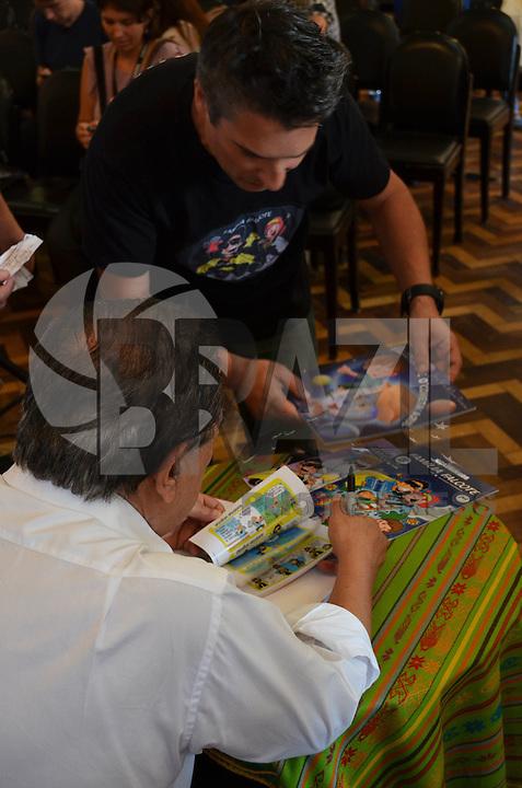 Porto Alegre, 7 de Novembro de 2014 - Maurício de Sousa na Feira do Livro de Porto Alegre - Jerri Costa, cartunista gaúcho, entregou algumas edições de publicações suas para Maurício de Sousa, durante sessão de autógrafos em Porto Alegre, na tarde desta sexta feira.<br /> <br /> Henrique Standt / Brazil Photo Press