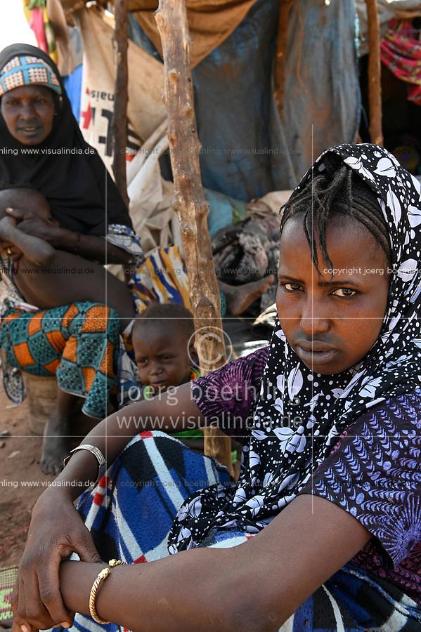 MALI, Bamako, IDP camp Faladjié, Peulh people settled here after ethnic conflicts with Dogon people in the region Mopti, Peulh woman with indigo ink painted face and facial scarification / Flüchtlingslager Faladié, Peulh Fluechtlinge haben sich nach ethnischen Konflikten mit Dogon in der Region Mopti hier angesiedelt, Peul Frau mit Indigo Farbe bemaltem Gesicht