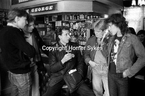 Peter Tatchell electioneering south London. Lunch break in pub with campaign helpers... Bermondsey by-election 1983 1980s Uk