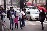 SÃO PAULO,SP,01 DE DEZEMBRO DE 2011 - CLIMA TEMPO - Temperatura cai mais de 10 graus em 23 horas, nesta sexta-feira (02) segundo o Centro de Gerenciamento d eemergencias (CGE). Nesta foto, o paulistano enfrenta temperatura de 16 graus na avenida paulista. Foto Ricardo Lou-News Free