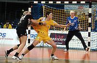 """1. Bundesliga Handball Damen - Frauen Handball BL DHB - Arena Leipzig - HC Leipzig : TSV Bayer 04 Leverkusen """"Handballelfen"""" - im Bild: Zerreißprobe - Anne Müller (HCL) wird von Laura Steinbach attackiert . Foto: Norman Rembarz..Norman Rembarz , Autorennummer 41043728 , Augustenstrt. 2, 04317 Leipzig, Tel.: 01794887569, Hypovereinsbank: BLZ: 86020086, KN: 357889472, St.Nr.: 231/261/06432 - Jegliche kommerzielle Nutzung ist honorar- und mehrwertsteuerpflichtig! Persönlichkeitsrechte sind zu wahren. Es wird keine Haftung übernommen bei Verletzung von Rechten Dritter. Autoren-Nennung gem. §13 UrhGes. wird verlangt. Weitergabe an Dritte nur nach  vorheriger Absprache.."""