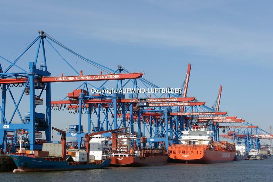 Containerschiffe und Feeder an der CTA: EUROPA, DEUTSCHLAND, HAMBURG, (EUROPE, GERMANY), 27.03.2013: Der HHLA Container Terminal Altenwerder (CTA) mit dem 1.400 Meter langen Ballinkai im Stadtteil Altenwerder von Hamburg ist derzeit einer der weltweit modernsten Containerterminals. Er gehoert der Hamburger Hafen und Logistik AG (HHLA) (74,9 %) und der Hapag-Lloyd AG (25,1 %) und befindet sich am Koehlbrand, einem Seitenarm der Elbe, zwischen Kattwyk-Bruecke und Koehlbrandbruecke. Der CTA ist neben dem Eurogate-Containerterminal Hamburg, dem HHLA Containerterminal Buchardkai und dem HHLA Containerterminal Tollerort einer von derzeit vier Containerterminals in Hamburg. Der Betrieb auf der CTA lauft teilautomatisiert.
