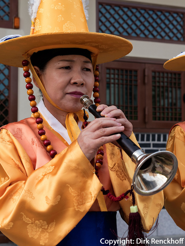 Folklore bei Feier zu Buddha's Geburtstag, Andong, Provinz Gyeongsangbuk-do, Südkorea, Asien<br /> Folklore at celebrations for Buddha's birthday  in Andong,  province Gyeongsangbuk-do, South Korea, Asia