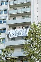 Etwa 6.000 Menschen protestierten am Samstag den 26. April 2014 gegen einen von der Neonazipartei NPD geplanten Aufmarsch durch Kreuzberg. Sie verhinderten mit verschiedenen Blockaden rund um den Auftaktort des NPD-Aufmarsches, dass die ca 70 Neonazis weiter als 150m laufen konnten.<br /> So war nach 3 Minuten Marsch für die NPD Schluss und die Neonazis mussten zum Startpunkt am S-Bahnhof Jannowitzbruecke umdrehen. Auch wenn ueber den NPD-Lautsprecherwagen mehrfach behauptet wurde, die Demonstration sei in Kreuzberg, ist doch richtig, dass die Neonazis sich nur in Berlin-Mitte befanden.<br /> Im Bild: Anwohner haben Transparente gegen den NPD-Aufmarsch aufgehaengt.<br /> 26.4.2014, Berlin<br /> Copyright: Christian-Ditsch.de<br /> [Inhaltsveraendernde Manipulation des Fotos nur nach ausdruecklicher Genehmigung des Fotografen. Vereinbarungen ueber Abtretung von Persoenlichkeitsrechten/Model Release der abgebildeten Person/Personen liegen nicht vor. NO MODEL RELEASE! Don't publish without copyright Christian-Ditsch.de, Veroeffentlichung nur mit Fotografennennung, sowie gegen Honorar, MwSt. und Beleg. Konto:, I N G - D i B a, IBAN DE58500105175400192269, BIC INGDDEFFXXX, Kontakt: post@christian-ditsch.de<br /> Urhebervermerk wird gemaess Paragraph 13 UHG verlangt.]