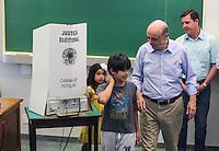 ATENCAO EDITOR FOTO EMBARGADA PARA VEICULO INTERNACIONAL - SAO PAULO, SP, 27 OUTUBRO 2012 - ELEICOES SP - JOSE SERRA - O candidato a prefeitura de Sao Paulo e visto registrando seu voto no Colegio Santa Cruz na regiao oeste da capital paulista neste domingo. FOTO: VANESSA CARVALHO - BRAZIL PHOTO PRESS.