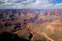 4415 / Grand Canyon: AMERIKA, VEREINIGTE STAATEN VON AMERIKA, ARIZONA,  (AMERICA, UNITED STATES OF AMERICA), 15.05.2006:.Der Grand Canyon (Gewaltige Schlucht) ist eine steile, etwa 450 km lange Schlucht im Norden des US-Bundesstaats Arizona, die ueber Millionen von Jahren vom Fluss Colorado ins Gestein des Colorado Plateau gegraben wurde. Der groesste Teil des Grand Canyon liegt im Grand-Canyon-Nationalpark...Der Canyon zaehlt zu den grossen Naturwundern auf dieser Welt und wird jedes Jahr von rund 5 Millionen Menschen besucht...Der Grand-Canyon-Nationalpark liegt im Nordwesten von Arizona, noerdlich von Williams und Flagstaff und etwa 365 km noerdlich der Hauptstadt Phoenix. .Der Grand Canyon ist etwa 450 km lang (davon liegen 350 km innerhalb des Nationalparks), zwischen 6 und 30 km breit und bis zu 1.800 m tief. Der Name des Canyons stammt vom Colorado River, der frueher in Teilen Grand River genannt wurde (deutsch: Gewaltiger Fluss/Canyon, aber auch Großartiger Fluss/Canyon)..Das Gebiet um das Tal wird in drei Regionen aufgeteilt: den Suedrand (south rim), der die meisten Besucher anzieht, den hoeher gelegenen und kuehleren Nordrand (north rim) und die Innere Schlucht (inner canyon) mit 5 Klimazonen..Flussaufwaerts, im suedlichen Utah liegen andere große Schluchten des Colorado. Der Glen Canyon, der seit 1964 im Stausee des Lake Powell versunken ist, galt landschaftlich als besonders schoen. Weiter im Norden liegt der Canyonlands-Nationalpark. Flussabwaerts, in der Naehe von Las Vegas, liegt der Stausee Lake Mead am Hoover-Staudamm...