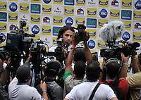 BARRANQUILLA, COLOMBIA - 21-03-2013: Mario Alberto Yepes (Cent.), jugadores de la Selección Colombia da declaraciones a la prensa durante entreno en Barranquilla, marzo 21 de 2103. El equipo colombiano se prepara en Barranquilla para los partidos contra Bolivia el 22 de marzo y Venezuela el 26 de marzo, partidos clasificatorios a la Copa Mundial de la FIFA Brasil 2014. (Foto: VizzorImage / Luis Ramírez / Staff). Mario Alberto Yepes (C), player of the Colombian national team speaks with the media during a training session in Barranquilla on March 21, 2012. The Colombia team prepares for the games against Bolivia next March 23 and Venezuela on March 26, games qualifying for the FIFA World cup Brazil 2014. (Photo: VizzorImage / Luis Ramirez/ Staff)