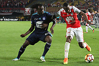 BOGOTÁ -COLOMBIA, 1-03-2018: Juan David Valencia (Der.) de Independiente Santa Fe  de Colombia disputa el balón con Juan Paredes (Izq.) de  Emelec de Ecuador  durante partido por La Copa Conmebol Libertadores 2018 , grupo D  , fecha 1,jugado en el estadio Nemesio Camacho El Campín de la ciudad de Bogotá./Juan David Valencia (R) player of Independiente Santa Fe of Colombia disputes the ball with Juan Paredes (L) player of Emelec of Ecuador during match  by the Conmebol Libertadores Cup 2018, group D, date 1 , played in Nemesio Camacho El Campín stadium of the Bogota  city. Photo: VizzorImage/ Felipe Caicedo / Staff