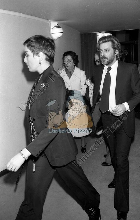 GIANCARLO GIANNINI CON LA MOGLIE LIVIA GIAMPALMO<br /> TEATRO ARGENTINA ROMA 1977
