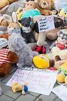 """Mit Plueschtieren als Symbol fuer eine angebliche """"pysiche und psychische Schaedigung unsere Kinder durch die Corona-Maßnahmen"""" protestierten Corona-Leugner und Impfgegner unter dem Motto """"Haende weg von unseren Kinder"""" am Montag den 19. Oktober 2020 in Berlin. Dabei wurden Schilder mit der Aufschrift """"Ihr seid Verbrecher, Finger weg von unseren Kindern"""", """"Nur die Coronaregeln machen unsere Kinder krank"""" und """"Maske ist Folter"""" gehalten. Manche der Kuscheltiere hatten eine Maske mit dem Spruch """"I can't breath"""" der antirassistischen Blick Lives Matter-Bewegung um.<br /> Im Bild: Ein Kuscheltier mit einem Schild mit der Aufschrift """"Ich will atmen! reden Freiheit!"""". Davor ein Schild """"Nur Perverse und Kranke quaelen Kinder"""", mit dem die Entscheider der Massnahmen gegen die Ausbreitung der Pandemie in mit Paedophilen gleichgesetzt werden.<br /> 19.10.2020, Berlin<br /> Copyright: Christian-Ditsch.de"""