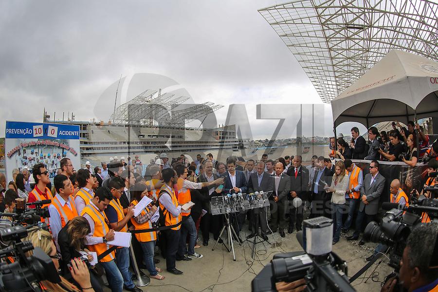 SAO PAULO, SP, 11 DE ABRIL 2013 - COPA 2014 - OBRAS ITAQUERÃO - O prefeito de São Paulo Fernando Haddad (C)durante visita a Arena São Paulo (Itaquerão), estádio que abrigará a abertura da Copa do Mundo de 2014 na região leste da capital paulista, nesta quinta-feira, 11. (FOTO: WILLIAM VOLCOV / BRAZIL PHOTO PRESS).