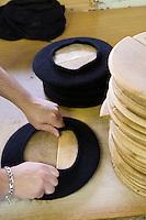 Europe/France/Aquitaine/64/Pyrénées-Atlantiques/Nay: Fabrication artisanale du Béret basque  en fait d'origine Béarnaise chez Blancq-Olibet - l'Enformage donne le diamètre définitif du béret
