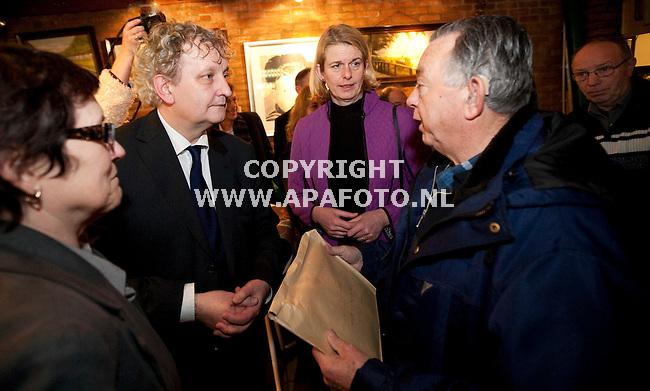 Arnhem, 190109<br /> Eberhard van der Laan bezocht vandaag Klarendal. In cafe Simmers, de huiskamer van Klarendal, kreeg hij een petitie tegen de plannen voor de Moskee aan de Rosendaalsestraat.<br /> Foto: Sjef Prins - APA Foto