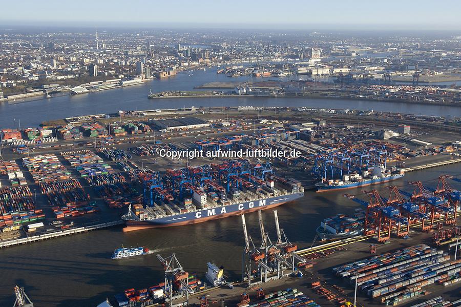 Burchardkai: EUROPA, DEUTSCHLAND, HAMBURG, (EUROPE, GERMANY), 14.01.2012 Der HHLA Container Terminal Burchardkai ist die groesste und aelteste Anlage für den Containerumschlag im Hamburger Hafen. Hier, wo 1968 die ersten Stahlboxen abgefertigt wurden, wird heute etwa jeder dritte Container des Hamburger Hafens umgeschlagen. 25 Containerbruecken arbeiten an den Tausenden Schiffen, die hier jaehrlich festmachen, und taeglich werden mehrere Hundert Eisenbahnwaggons be- und entladen. Mit dem laufenden Aus- und Modernisierungsprogramm wird die Kapazität des Terminals in den kommenden Jahren schrittweise ausgebaut.