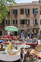 Italie, Vénétie, Venise:  Vide grenier devant l'église Santa Maria Assunta , plus connue sous le nom de Chiesa dei Gesuiti, dans le sestiere de Cannaregio, non loin du quai des Fondamente Nove.   // Italy, Veneto, Venice:  Garage sale near church of Santa Maria Assunta, known as I Gesuiti, in the sestiere of Cannaregio, in Campo dei Gesuiti, not far from the Fondamenta Nuove.