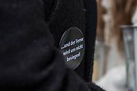 """Gedenken am Dienstag den 19. Dezember 2017 anlaesslich des 1. Jahrestag des Terroranschlag auf den Weihnachtsmarkt auf dem Berliner Breitscheidplatz am 19.12.2016 durch den Terroristen Anis Amri.<br /> Im Bild: Ein Mann traegt einen Anstecker mit der Aufschrift: """"... und der Terror wird uns nicht besiegen"""".<br /> 19.12.2017, Berlin<br /> Copyright: Christian-Ditsch.de<br /> [Inhaltsveraendernde Manipulation des Fotos nur nach ausdruecklicher Genehmigung des Fotografen. Vereinbarungen ueber Abtretung von Persoenlichkeitsrechten/Model Release der abgebildeten Person/Personen liegen nicht vor. NO MODEL RELEASE! Nur fuer Redaktionelle Zwecke. Don't publish without copyright Christian-Ditsch.de, Veroeffentlichung nur mit Fotografennennung, sowie gegen Honorar, MwSt. und Beleg. Konto: I N G - D i B a, IBAN DE58500105175400192269, BIC INGDDEFFXXX, Kontakt: post@christian-ditsch.de<br /> Bei der Bearbeitung der Dateiinformationen darf die Urheberkennzeichnung in den EXIF- und  IPTC-Daten nicht entfernt werden, diese sind in digitalen Medien nach §95c UrhG rechtlich geschuetzt. Der Urhebervermerk wird gemaess §13 UrhG verlangt.]"""