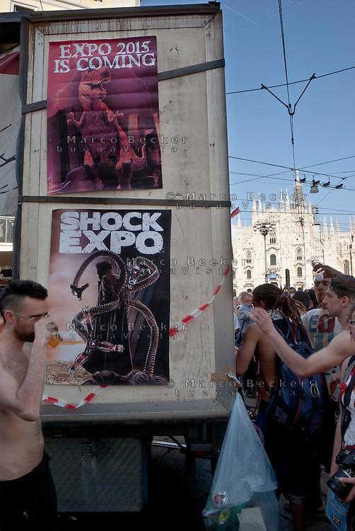 Milano, Mayday Parade, manifestazione del 1. maggio di gruppi e organizzazioni di sinistra contro il lavoro precario. Manifesti contro expo 2015 --- Milan, Mayday Parade, 1st of May manifestation of leftist groups and organizations against temporary work. Posters against expo 2015