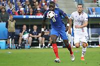 Moussa Sissoko (Franktreich) gegen Gylfi Sigurdsson (Island) - UEFA EURO 2016: Frankreich vs. Island, Stade de France, Viertelfinale