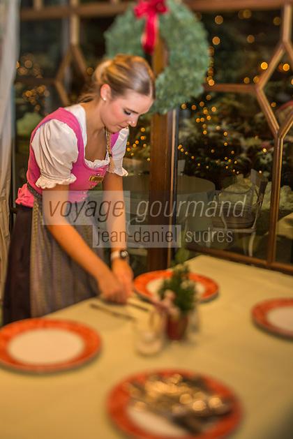 Europe/Allemagne/Bade-Würrtemberg/Forêt Noire/Baiersbronn/Gärtenbühlweg: Hôtel: Bareiss, les serveuses dressent  les tables  [Non destiné à un usage publicitaire - Not intended for an advertising use]