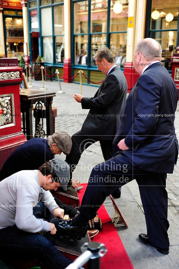 GREAT BRITAIN, London, Leadenhall market, shoe polish / GROSSBRITANNIEN, London, Leadenhall market, Schuhputzer polieren die Broker Schuhe blank
