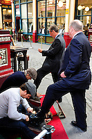 GREAT BRITAIN, London, Leadenhall market, shoe polish / GROSSBRITANNIEN, London, Leadenhall market, Schuhputzer polieren die Broker Schuhe blank