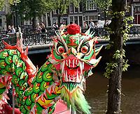 Nederland Amsterdam 2017.  LET OP:  foto heeft klein formaat.  Boeddhadag in de Nieuwmarktbuurt in Amsterdam. Viering van de geboorte van Boeddha. Drakendans op de Geldersekade. Foto Berlinda van Dam / Hollandse Hoogte