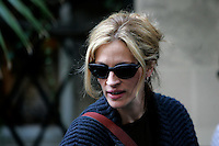 """L'attrice statunitense Julia Roberts sul set del film """"Mangia, Prega, Ama"""", a Roma, 27 agosto 2009..U.S. actress Julia Roberts is seen during a pause of the shooting of the movie """"Eat, Pray, Love"""", in downtown Rome, 27 August 2009. .UPDATE IMAGES PRESS/Riccardo De Luca"""