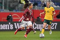 Sara Däbritz (Deutschland, Germany) gegen Emily Van Egmond (Australien, Australia) - 10.04.2021 Wiesbaden: Deutschland vs. Australien, BRITA Arena, Frauen, Freundschaftsspiel