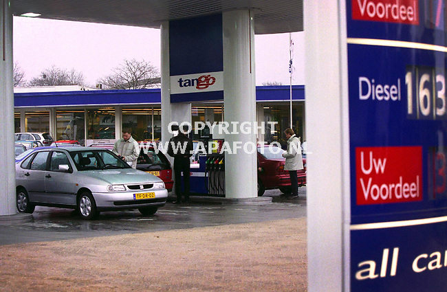 Nijmegen , 310300  Foto : Koos Groenewold (APA)<br />Tango is het eerste onbemande tankstation in Nederland . Voordeel voor de klant is dat de prijzen lager zijn dan reguliere stations . Echter viel de drukte vandaag wel mee , omdat concurrent AVIA 150 meter verderop de prijzen nog meer verlaagd had dan Tango......