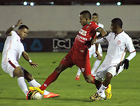 TUNJA -COLOMBIA, 11-04-2015: Ray Vanegas (C) jugador de  Patriotas FC disputa el balón con Francisco Palma (Der) jugador de Uniautonoma durante partido por la fecha 15 de La Liga Aguila I 2015 jugado en el estadio La Independencia de la ciudad de Tunja. / Ray Vanegas (C) player of Patriotas FC vies for the ball with Francisco Palma (R) player of Uniautonoma during the match for the 15th date of La Liga Aguila I 2015 played at La Independence stadium in Tunja. Photo: VizzorImage / JCesar Melgarejo  / Cont