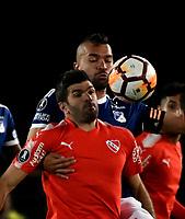 BOGOTÁ - COLOMBIA, 17-05-2018: Andrés Cadavid (Der.) jugador de Millonarios (COL), disputa el balón con Emmanuel Gigliotti (Izq.) jugador de Club Atlético Independiente (ARG), durante partido entre Millonarios (COL) y Club Atlético Independiente (ARG), de la fase de grupos, grupo G, fecha 5 de la Copa Conmebol Libertadores 2018, en el estadio Nemesio Camacho El Campin, de la ciudad de Bogota. / Andrés Cadavid (R) player of Millonarios (COL), figths for the ball with Emmanuel Gigliotti (L) player of Club Atlético Independiente (ARG), during a match between Millonarios (COL) and Club Atletico Independiente (ARG), of the group stage, group G, 5th date for the Conmebol Copa Libertadores 2018 in the Nemesio Camacho El Campin stadium in Bogota city. VizzorImage / Luis Ramirez / Staff.