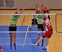 Volley Team Menen - Hotvolleys Wenen : de poging van Thomas Trothann (5) is afgeblokt door Aljosa Urnaut (midden) en Jelle Sinnesael (links)<br /> foto VDB / Bart Vandenbroucke