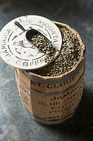Gastronomie Générale: Le Jamaica Blue Mountain est un type de café obtenu à partir de caféiers cultivés dans les Blue Mountains, en Jamaïque.<br /> Grains de café vert  - Stylisme : Valérie LHOMME