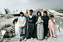Irak 1992  Une famille de Halabja posant devant leur maison en ruines   Iraq 1992   Halabja: A family in front the ruins of their house