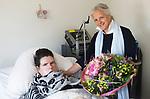 Foto: VidiPhoto<br /> <br /> OPHEUSDEN – Marianne Stomphorst geeft een bloemetje aan Janneke Klaassen in verpleeghuis De Betuwehof in Opheusden.