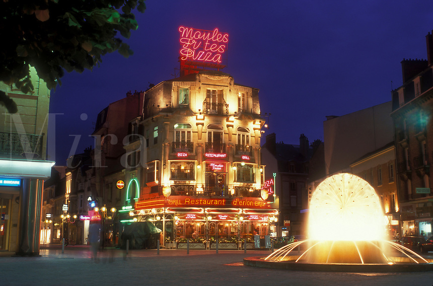 AJ1658, Reims, Champagne Region, France, Marne, Europe, Fountain and restaurant at the plaza in downtown Reims illuminated at night in France.