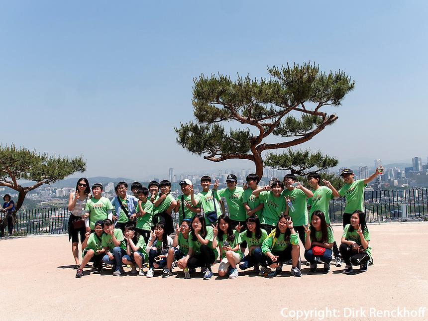 Schulklasse in der Festung von Suwon, Provinz Gyeonggi-do, Südkorea, Asien, Unesco-Weltkulturerbe<br /> Pupils inside fortress Hwaseong, Suwon, Province Gyeonggi-do, South Korea Asia, UNESCO World-heritage