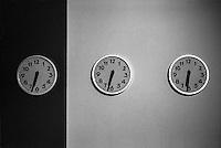 Milano, mostra Perspectives architetture sonore. Tre orologi parte dell'opera di Mika Vainio --- Milan, exhibition Perspectives,  sound architectures. Three clocks, part of the work of Mika Vainio