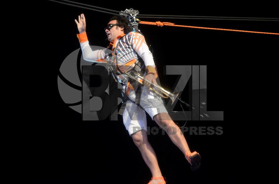 RECIFE, PE, 05.02.2016 - CARNAVAL-PE - Maestro Forró desce de tirolesa na abertura do carnaval do Recife (PE), durante a noite desta sexta-feira (05). (Foto: Diego Herculano / Brazil Photo Press)