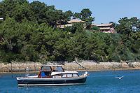 France, Gironde (33), Bassin d'Arcachon, Lège-Cap Ferret , Village de Lherbe : Pinasse et Villa // France, Gironde, Bassin d'Arcachon, Lège-Cap Ferret Lherbe Village: Pinasse, typical boat and villa