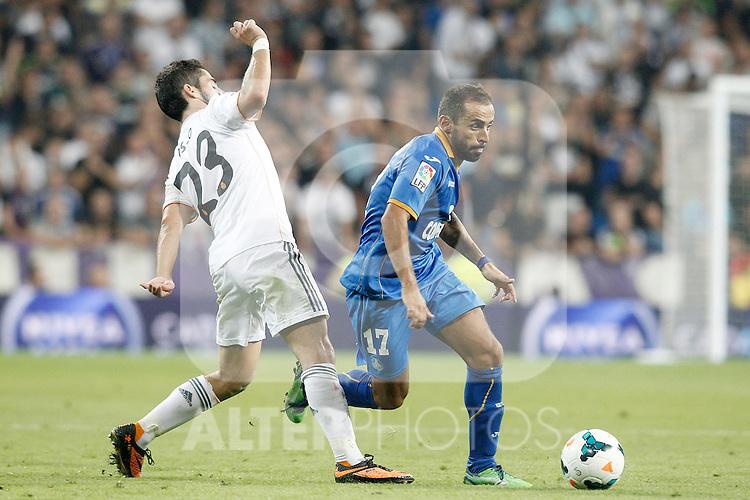 Real Madrid's Isco (l) and Getafe's Diego Castro during La Liga match.September 22,2013. (ALTERPHOTOS/Acero)