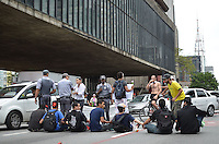 SAO PAULO, 23 DE MARCO DE 2013 - PROTESTO RENAN CALHEIROS - Jovens ocuparam tres pistas da Avenida Paulista, sentido Consolação,  em protesto contra a permanência de Renan Calheiros na presidência do Senado, na tarde deste sábado, região central da capital. Alguns manifestantes deitaram nas pistas impedindo a passagem de veículos. A Polícia Militar acompanhou a manifestação e garantiu uma faixa livre para carros.  (FOTO: ALEXANDRE MOREIRA / BRAZIL PHOTO PRESS)