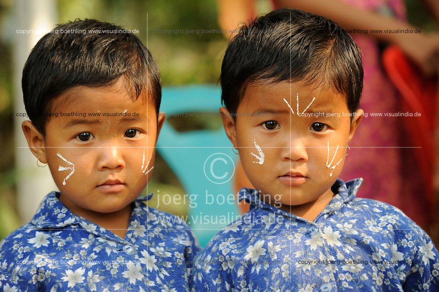 Bangladesch, Region Madhupur - Garo Kinder auf dem Erntefest Wangala , Garos sind eine christliche u. ethnische Minderheit, Zwillingsbrueder / BANGLADESH Madhupur, Garo children at festival Wangal, Garos is a ethnic and christian religious minority, twin brothers