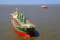 """Navios aguardam embarque no porto de Vila do Conde no rio Pará. <br /> Companhia Docas do Pará.<br /> Barcarena, Pará, Brasil<br /> Foto Paulo Santos<br /> 2008 Latitude:    01° 32' 37.2"""" S<br /> Longitude: 48° 44' 47.4"""" W"""