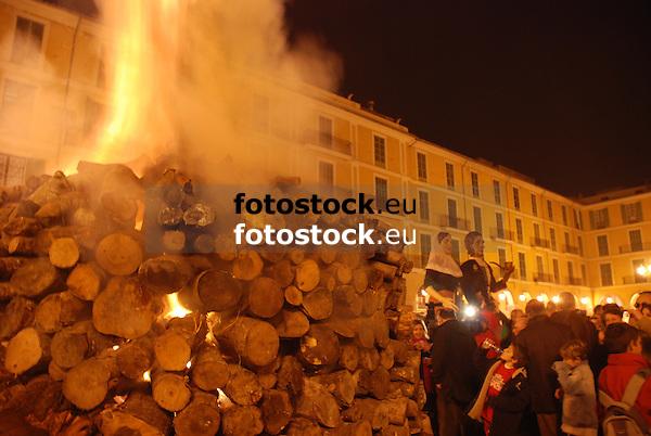 Bonfire of Saint Sebastian at the square Plaza Mayor <br /> <br /> Fuego de San Sebastián (cat.: Sant Sebastià) en la Plaza Mayor <br /> <br /> Sankt Sebastian Feuer auf der Plaza Mayor <br /> <br /> 3872 x 2592 px<br /> 150 dpi: 65,57 x 43,89 cm<br /> 300 dpi: 32,78 x 21,95 cm