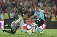 BOGOTÁ -COLOMBIA, 19-11-2015. Robinson Zapata (Izq) arquero de Independiente Santa Fe disputa el balón con Vladimir Hernandez (Der) jugador de Atlético Junior durante partido de vuelta por la final de la Copa Águila 2015  jugado en el estadio Nemesio Camacho El Campín de la ciudad de Bogotá./ Robinson Zapata (L) goaqlkeeper of Independiente Santa Fe vies for the ball with Vladimir Hernandez (R) player of Atletico Junior during second leg match for the final of Aguila Cup 2015 played at Nemesio Camacho El Campin stadium in Bogotá city. Photo: VizzorImage/ Gabriel Aponte / Staff