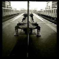 Eine Frau wartet auf dem U-Bahnhof Warschauer Strasse auf die U-Bahn.<br /> 25.11.2013, Berlin<br /> Copyright: Christian-Ditsch.de<br /> [Inhaltsveraendernde Manipulation des Fotos nur nach ausdruecklicher Genehmigung des Fotografen. Vereinbarungen ueber Abtretung von Persoenlichkeitsrechten/Model Release der abgebildeten Person/Personen liegen nicht vor. NO MODEL RELEASE! Nur fuer Redaktionelle Zwecke. Don't publish without copyright Christian-Ditsch.de, Veroeffentlichung nur mit Fotografennennung, sowie gegen Honorar, MwSt. und Beleg. Konto: I N G - D i B a, IBAN DE58500105175400192269, BIC INGDDEFFXXX, Kontakt: post@christian-ditsch.de<br /> Bei der Bearbeitung der Dateiinformationen darf die Urheberkennzeichnung in den EXIF- und  IPTC-Daten nicht entfernt werden, diese sind in digitalen Medien nach §95c UrhG rechtlich geschuetzt. Der Urhebervermerk wird gemaess §13 UrhG verlangt.]