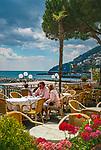 Italien, Kampanien, Sorrentinische Halbinsel, Amalfikueste, Amalfi: Strassencafe am Wasser | Italy, Campania, Sorrento Peninsula, Amalfi Coast, Amalfi: cafe