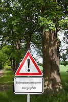 Warnschild, Straßenschild, in von Eichen-Prozessionsspinner besiedelten Wald, Prozessionsspinner, Eichenprozessionsspinner, Warnung vor Allergiegefahr, Allergie, Allergische Reaktion durch die Reizung der Härchen der Raupe, Raupen, Thaumetopoea processionea, oak processionary moth, allergy, atopy, allergic reaction